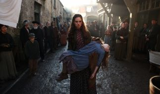 Maisie trägt ihre tote Tochter durchs Armenviertel. (Foto)
