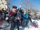 Am Sonntag veranstalteten jede Menge Winterbegeisterte eine Schneeballschlacht auf dem Dupont Circle in Washington D.C. (Foto)