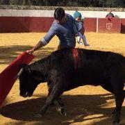 Torero mit Kind auf dem Arm beim Stierkampf - Foto löst Proteste aus (Foto)