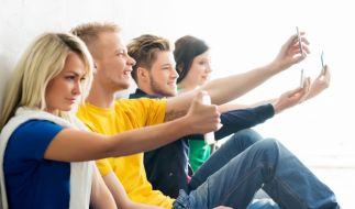 Aktuelle Dr.-Sommer-Studie: 67 Prozent der Mädchen und 49 Prozent der Mädchen posten regelmäßig Selfies auf Facebook, Instagram und Co. (Foto)