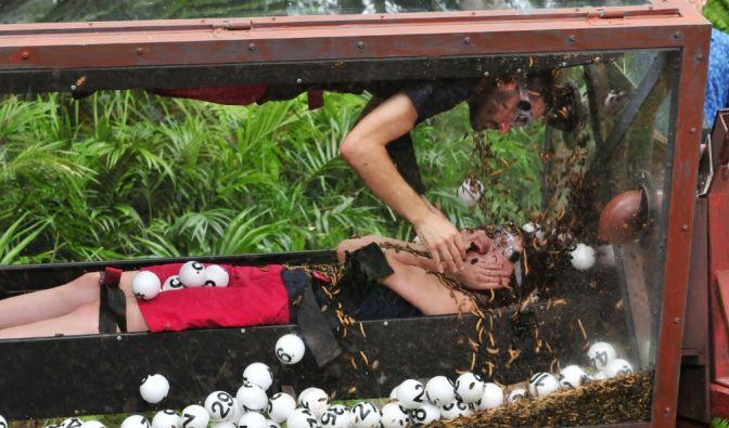 Menderes mit Nathalie Volk in der Dschungelprüfung. (Foto)