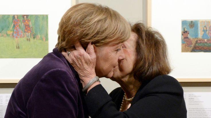 """Die Künstlerin Nelly Toll (r.) und Angela Merkel bei der Ausstellung """"Kunst aus dem Holocaust. (Foto)"""