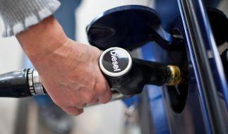 Autofahrer müssen beim Tanken real tiefer in die Tasche greifen, als es der Autohersteller angibt. (Foto)