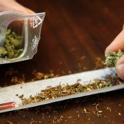Völlig bekloppt! Bekiffte Drogendealer alarmieren die Polizei (Foto)