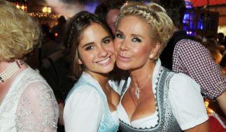 Stolz posiert Claudia Effenberg mit ihrer Tochter Lucia Strunz (16) auf dem Oktoberfest im Weinzelt. (Foto)