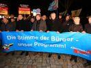 Bei dieser AfD-Demonstration wurde Journalisten feige mit Reizgas angegriffen. Auch AfD-Fraktionsvorsitzender Björn Höcke (2.v.l.) und AfD-Landesvorsitzender Andre Poggenburg (4.v.l.) waren vor Ort. (Foto)