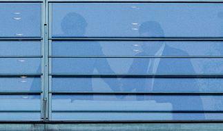 Am Donnerstag-Abend einigten sich die Spitzen der großen Koalition - Angela Merkel (CDU), Sigmar Gabriel (SPD) und Horst Seehofer (CSU, nicht im Bild) - auf das seit November diskutierte Asylpaket II. (Foto)