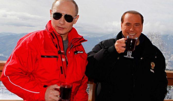 Mit seinem Buddy Silvio Berlusconi kann Putin sogar ganz entspannt Heißgetränke schlürfen.