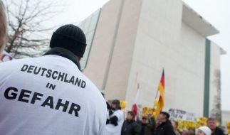 """Demonstration des Berliner Pegida-Ablegers """"Bärgida"""" am 23. Januar vor dem Kanzleramt. Auch der Fall der verschwundenen Lisa wurde von den Demonstranten aufgegriffen. (Foto)"""