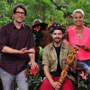 Eure Majestät! Menderes Bagci (hier mit den Moderatoren Daniel hartwich und Sonja Zietlow) ist neuer Dschungelkönig.