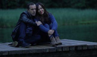 Katja Baumann (Simone Thomalla) genießt einen romantischen Abend mit ihrem Freund Cem (Merab Ninidze) am Seeufer. (Foto)