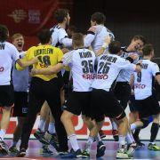 Nach Abpfiff liegen sich die deutschen Handballer in den Armen.
