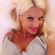 Super happy knippst die Blondine ein Selfie nach dem anderen und teilt es mit ihren 117.000 Followern.