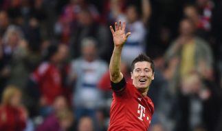 Verabschiedet sich Robert Lewandowski hier schon von Bayern München und den Fans? Gerüchten zufolge soll er mit Pep Guardiola zu Manchester City wechseln. (Foto)