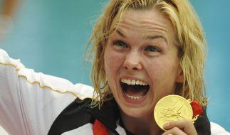 Britta Steffen feiert ihren Siege über 100-Meter-Freistil bei den Olympischen Spielen in Peking. (Foto)