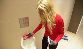 Manuela Halm im Einsatz: Auch Putzen steht auf dem Programm. (Foto)