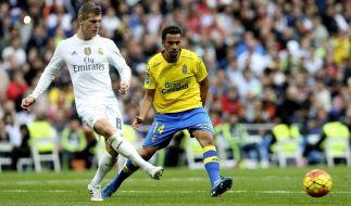 Ist Dreh- und Angelpunkt im Spiel von Real Madrid: Toni Kroos (hier im Duell mit Hernán von UD Las Palmas). (Foto)