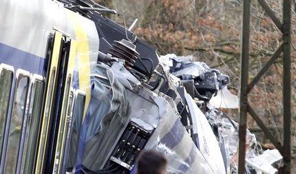 Rettungskräfte am 09.02.2016 an der Unfallstelle eines Zugunglücks in der Nähe von Bad Aibling (Bayern). (Foto)
