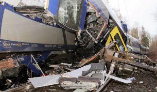 Bei dem Zugunglück in Oberbayern kamen bislang mindestens neun Menschen ums Leben. (Foto)