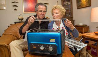 Ingrid und Otto mit dem Steak-Toaster. (Foto)