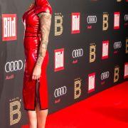 Thomalla als rote Domina im sexy Latex-Outfit (Foto)