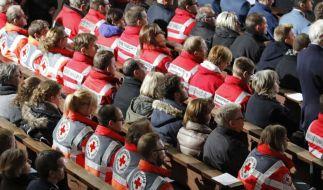 Hunderte Trauergäste haben in einem Gottesdienst der Opfer des Zugunglücks von Bad Aibling gedacht. (Foto)