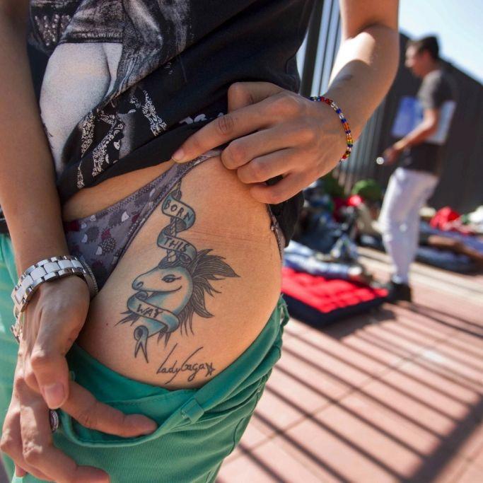Das ist der deutsche Spruch auf ihrer Haut (Foto)
