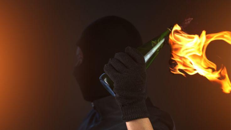 Die Ermittler gehen von Brandstiftung aus. (Symbolbild) (Foto)