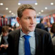 Vorsitzender der AfD-Fraktion im Thüringer Landtag - und ein umstrittener Redner mit teils rassistischen Thesen: Björn Höcke.