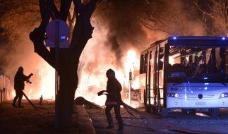 Feuerwehrleute kämpfen nach der Explosion in Ankara gegen die Flammen. (Foto)
