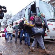 Rabiates Vorgehen: Polizei zerrt Flüchtlinge aus Bus (Foto)