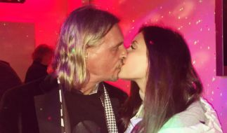 Nathalie Volk und ihr Freund Frank Otto bei einem innigen Kuss. (Foto)
