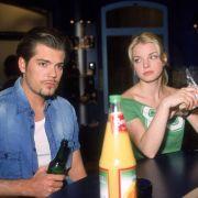 Leon redet sich vor Julia (Yvonne Catterfeld) seine Ehe schön.