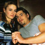 Nachdem Leon (Daniel Fehlow) erfahren hat, dass Vanessa an Leukämie erkrankt ist, versucht Flo (Rhea Harder), ihn zu trösten.