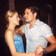Caroline (Jessica Ginkel) möchte Leon näherkommen. Dafür versucht sie, ihn als Partner für ihre Tanzprüfung zu gewinnen. Mittlerweile sind die beiden Soap-Stars sogar im richtigen Leben zusammen.