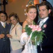 Cora und Leon überglücklich bei ihrem Hochzeitstanz. (hinten: Wolfgang Bahro, Christin Baechler)