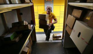 Ein Paketzusteller des Paketdienstes Deutsche Post DHL. Dieser wird in Deutschland nun Konkurrenz durch Amazon bekommen. (Foto)