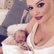 Eins der ersten Baby-Selfies zeigt die stolze Mama mit der einen Monat alten Sophia.