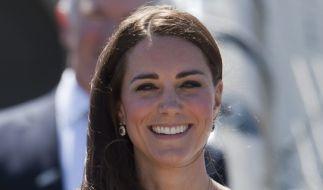 Nicht jeder Look bringt Herzogin Kate zum Strahlen. (Foto)