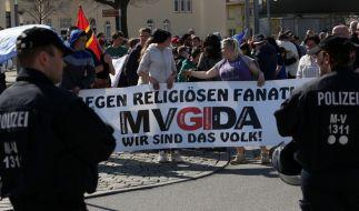 Anhänger der islamfeindlichen Bewegung MVgida am 19.04.2015 in Güstrow (Mecklenburg-Vorpommern). (Foto)