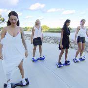 Gruppendate im Kleidchen: Die Mädels beim Oxboard fahren in Miami.