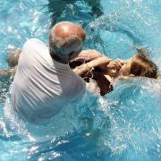 Massentaufe im Schwimmbad! Muslime konvertieren zum Christentum (Foto)