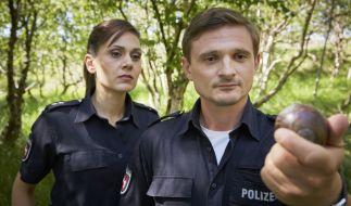 Jens und Süher inspizieren eine Klootkugel. (Foto)