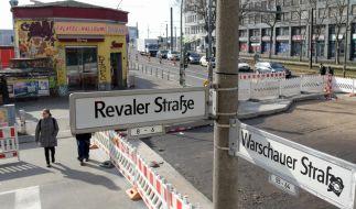 Vor diesem Döner-Imbiss an der Ecke Revaler/Warschauer Straße brach das Opfer zusammen und erlag seinen Verletzungen. (Foto)