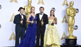 Mark Rylance, Brie Larson, Leonardo DiCaprio und Alicia Vikander (v.l.n.r.) präsentieren stolz ihre Oscars! (Foto)