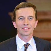 Herbst 2010: Zahlreiche Wirtschaftswissenschaftler, darunter auch der Hamburger Hochschulprofessor für Volkswirtschaftslehre Bernd Lucke, tauschen sich auf einem