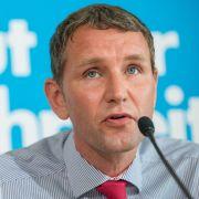 In Erfurt wird Björn Höcke, ein beurlaubter Lehrer und Vertreter des rechten Flügels der Partei, Fraktionsvorsitzender der AfD.