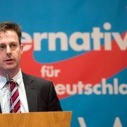 1. November 2015: AfD-Mann Marcus Pretzell bringt einen Schusswaffengebrauch gegen Flüchtlinge an den Grenzen ins Spiel. In der Wählergunst legt die AfD weiter zu: Eine Umfrage sieht die Partei mit 10,5 % als drittstärkste politische Kraft.