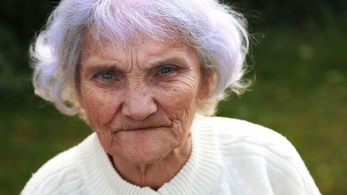 Mit ältere grauen haaren frauen Eine ältere