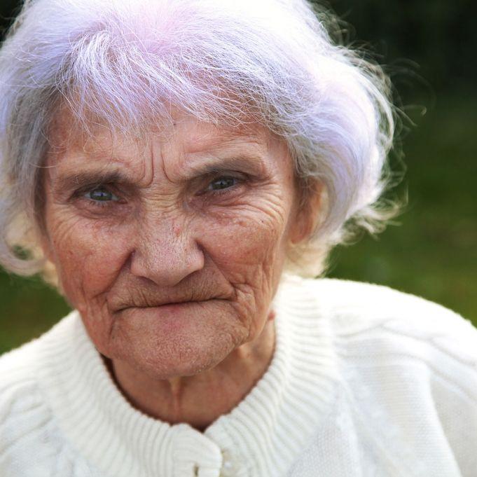 Warum haben so viele Rentnerinnen violette Haare? (Foto)